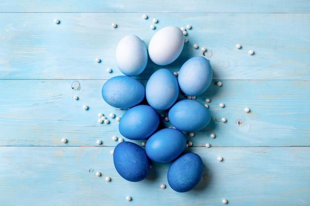 Concepto de pascua. huevos ombre en colores azules