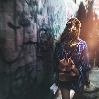 Concepto del pasillo del viaje de la aventura que viaja de la muchacha que camina
