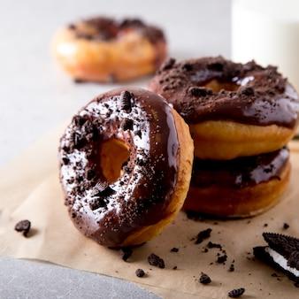 Concepto de pastelería. rosquillas con glaseado de chocolate y galletas de chocolate.