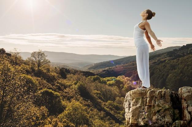Concepto de paz con mujer en la naturaleza