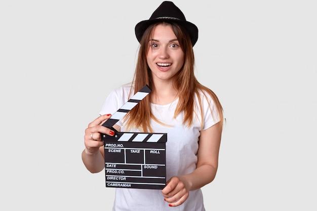 Concepto de película mujer joven positiva en hedger tiene badajo de cine