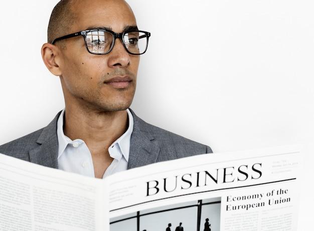 Concepto de periódico de hombre de negocios de ascendencia africana