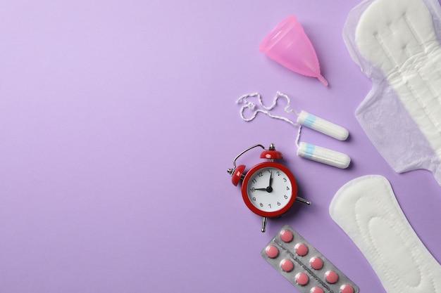 Concepto de período de menstruación en superficie violeta