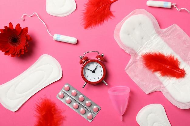 Concepto de período menstrual en superficie rosa