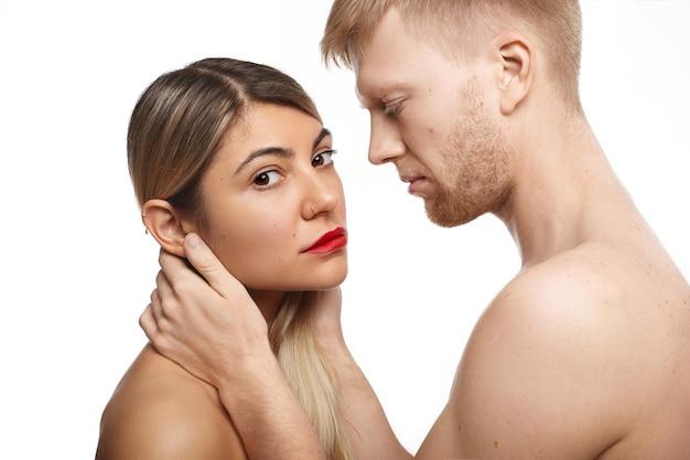 Concepto de personas, amor, deseo, tentación, sexo, sensualidad, cercanía e intimidad.