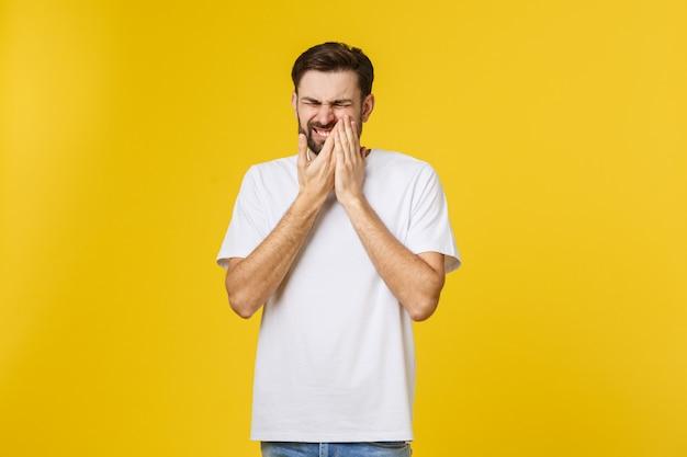 Concepto de personas, atención médica, odontología y enfermedad hombre joven sin afeitar deprimido con dolorosa expresión facial estresada que sufre de dolor de muelas