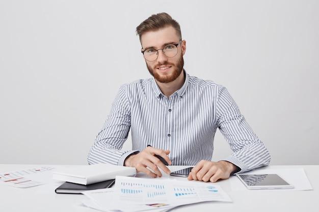 Concepto de personas, carrera, negocios y ocupación. hombre elegante barbudo complacido