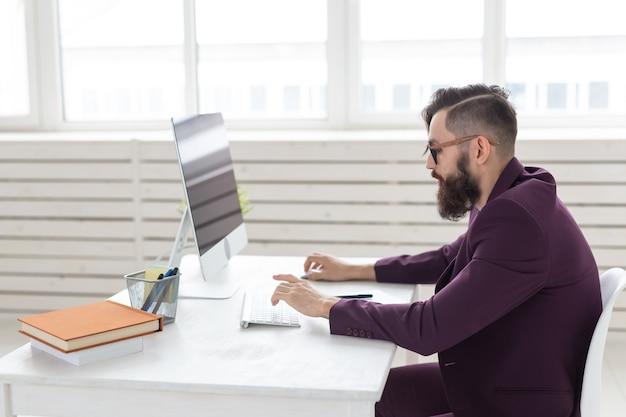 Concepto de personas, diseño y estilo: diseñador gráfico que esboza un nuevo proyecto en una tableta que trabaja en una computadora.