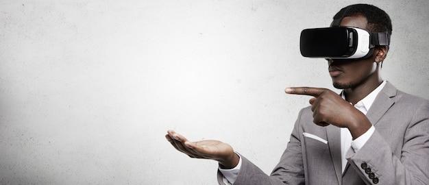 Concepto de personas, tecnología, juegos e innovación.