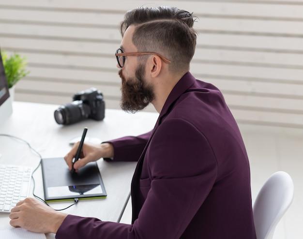 Concepto de personas y tecnología vista de ángulo bajo de un artista vestido con chaqueta púrpura dibujando algo