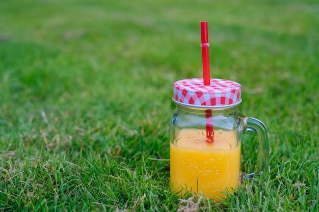 Concepto de picnic de verano en un día soleado con flores de sandía, fruta, ramo de hortensias y girasoles.
