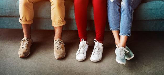 Concepto de piernas de diversidad de grupo de personas