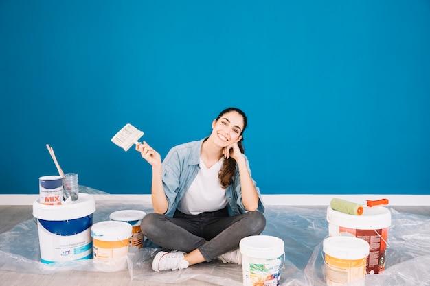 Concepto de pintura con mujer sentada Foto Premium