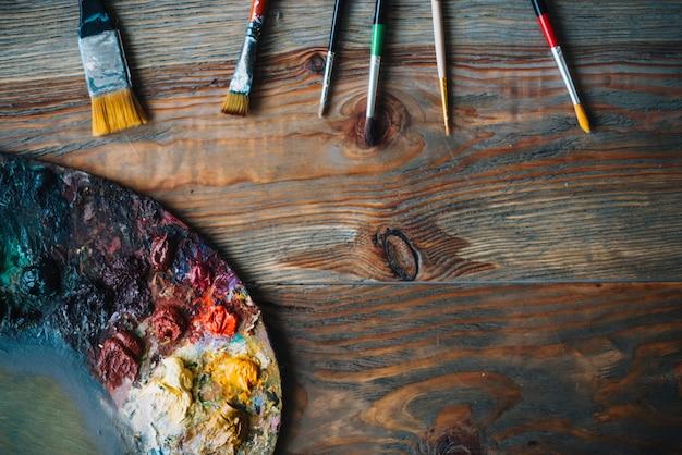 Concepto de pintura con pinceles y colores