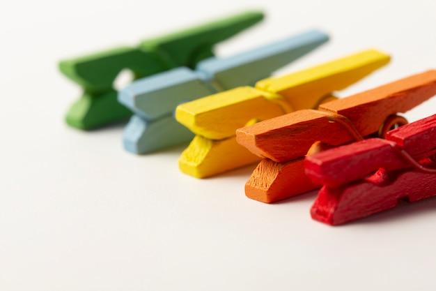 Concepto de pinzas de madera coloridas