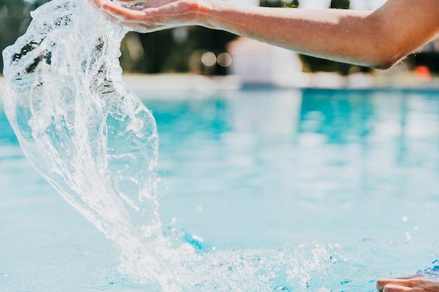 Concepto de piscina con brazo