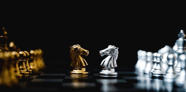 Concepto de plan de estrategia y competencia empresarial. juego de tablero de ajedrez color oro y plata. imagen panorámica