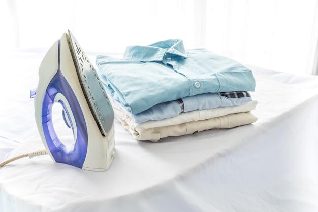 Concepto de planchado, ropa, tareas domésticas y objetos