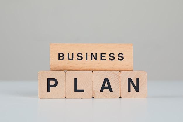 Concepto de planificación de negocios con vista lateral de cubos de madera.