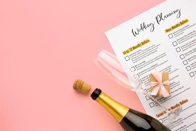 Concepto de planificador de bodas y champán