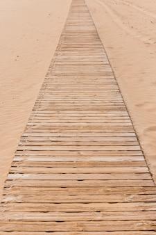 Concepto de playa con camino de madera