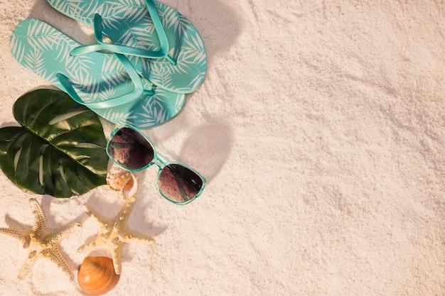 Concepto de playa con gafas de sol y estrellas de mar.