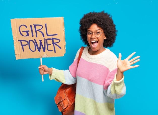 Concepto de poder de chica joven bonita mujer afro