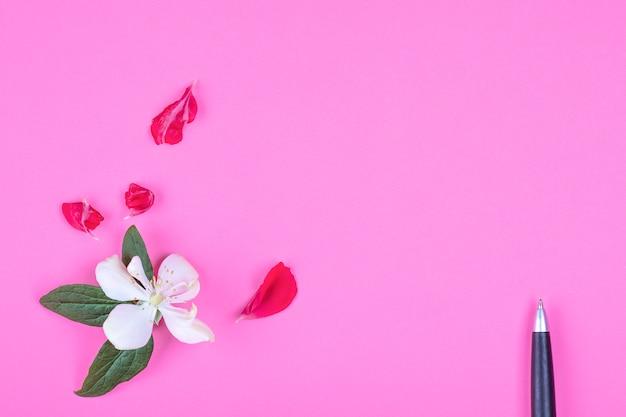 Concepto de una postal de felicitación con algunas flores y una pluma