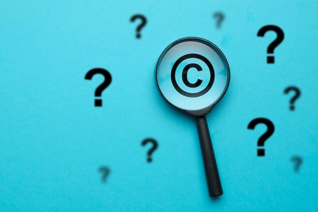 Concepto de preguntas y respuestas en el campo de los derechos de autor.