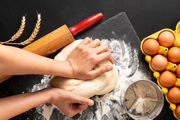 Concepto de preparación de alimentos sobre la cabeza tiro amasar masa para panadería