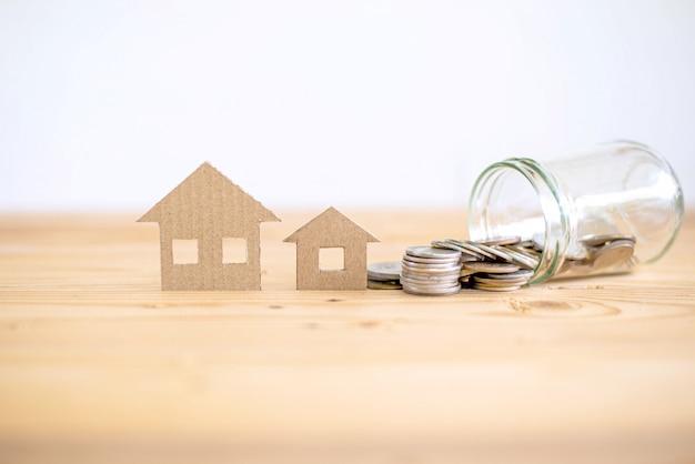 Concepto de préstamo hipotecario, ahorro para comprar casa, casa de papel, casa familiar