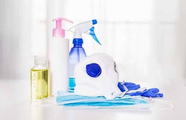 Concepto de prevención, mascarillas quirúrgicas médicas, guantes y gel desinfectante para manos para la protección de virus de higiene de manos.