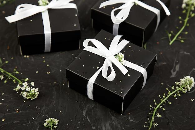 Concepto de primavera. envolviendo regalos de cumpleaños modernos regalos.
