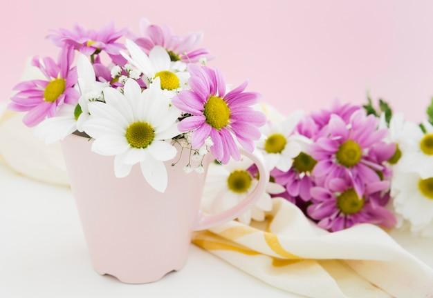 Concepto de primavera con flores en un jarrón