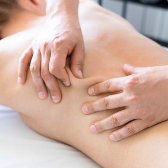 Concepto de primer plano con masaje de espalda