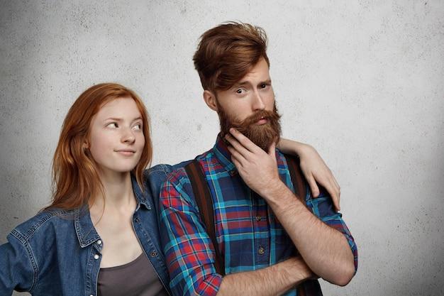 Concepto de problemas de relación. pareja joven peleando en el interior.