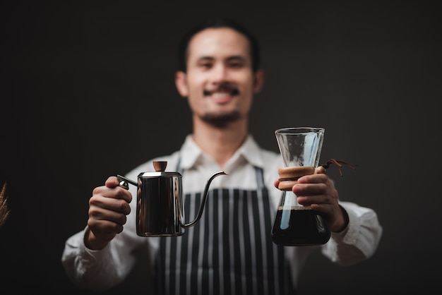 Concepto de proceso de filtro de goteo de café con cafetera, café de estilo vintage