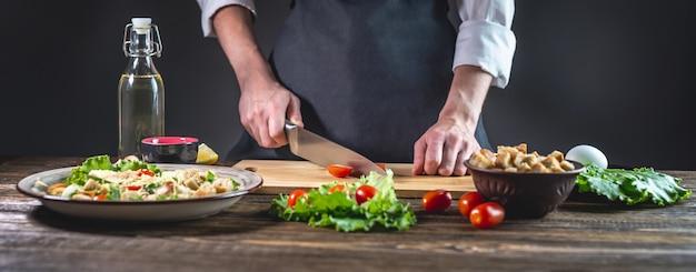 Concepto del proceso de preparación de una ensalada fresca y deliciosa.