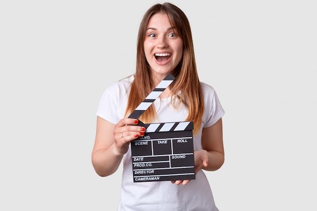 Concepto de productividad cinematográfica. hembra satisfecha con cabello largo