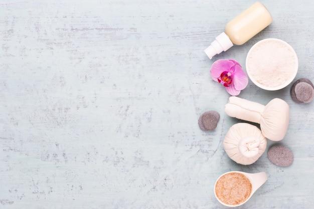 Concepto de productos cosméticos de aromaterapia spa, fondo de spa con un espacio para un texto, endecha plana, vista desde arriba.
