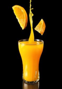 Concepto promocional de zumo de naranja para restaurantes y cafeterías.
