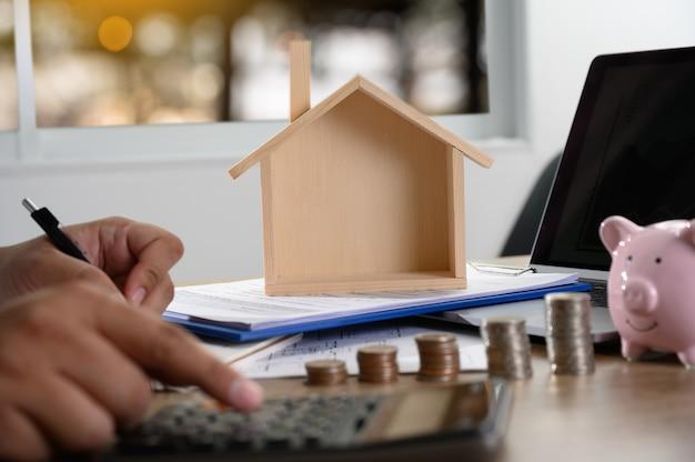 El concepto de propiedad de la vivienda gente de negocios que negocia un contrato aquí es donde debe firmar