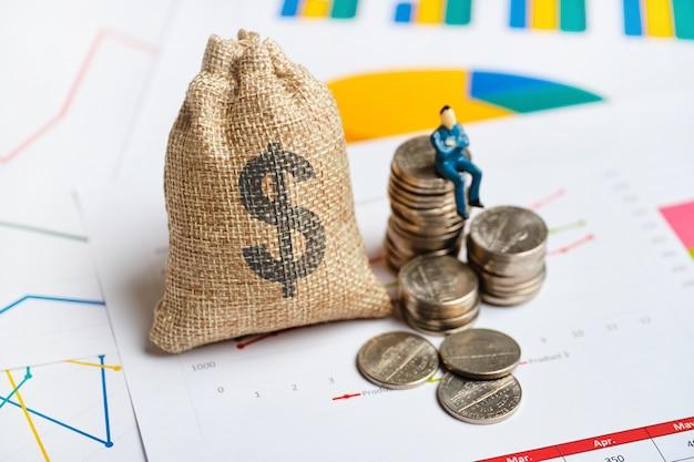 Concepto de propietario de capital y negocio en gráficos y dinero.