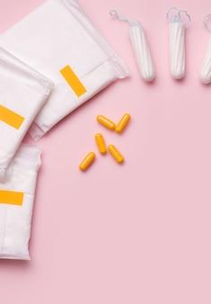 Concepto de protección contra el dolor pms. protectores de bragas y pastillas