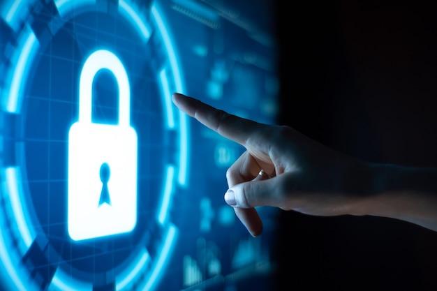 Concepto de protección de datos en línea con cerradura digital y mano.