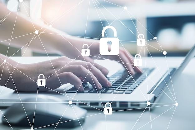 Concepto de protección de datos y seguridad de internet. manos en la computadora portátil
