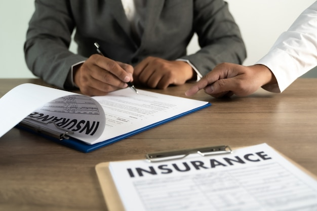 Concepto de protección de hombre de seguro y examen de póliza de seguro de salud familiar de coche