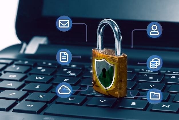 Concepto de protección de red y seguridad de internet, candado en el teclado del ordenador portátil