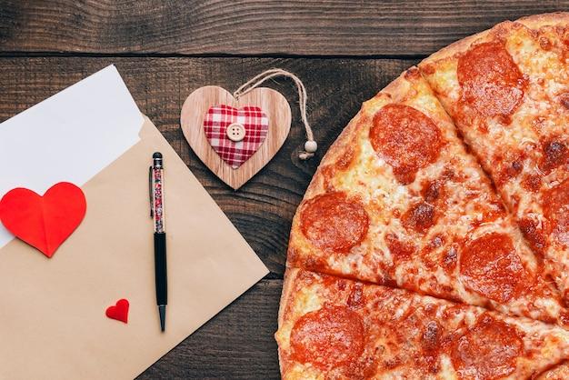 Concepto de publicidad para la pizza de san valentín como regalo