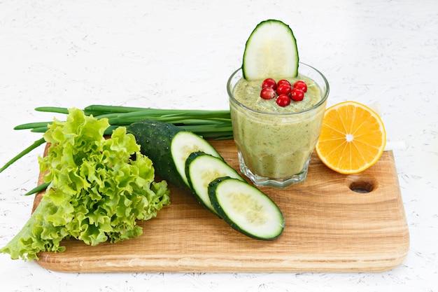 El concepto de purificación a partir de la desintoxicación, los ingredientes de un gallo vegetal verde.